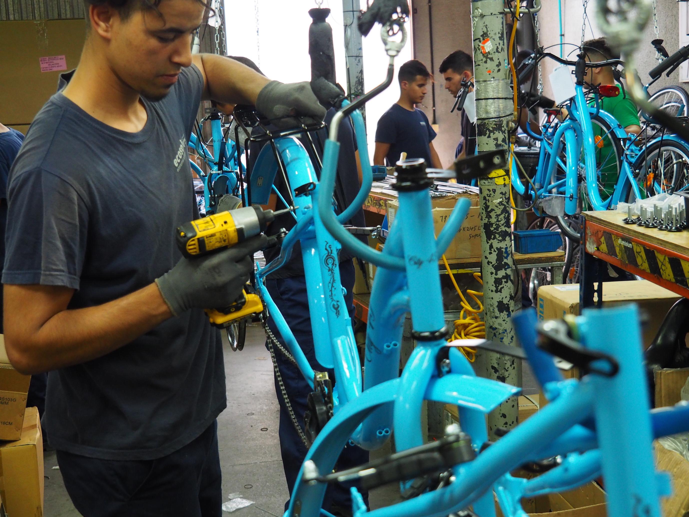 Ecosol obre una nova línia de muntatge de bicicletes que dona feina a onze persones