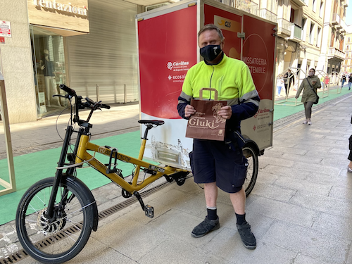 Nou persones en risc d'exclusió i dificultats especials treballen en  l'entrega a domicili de producte fresc dels comerços de Girona gràcies al projecte 'Amb feina'